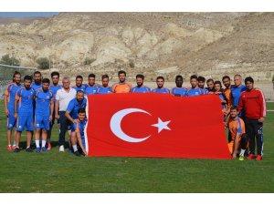İskenderun Belediye Spor'lu futbolculardan bayraklı Zafer Bayramı kutlaması