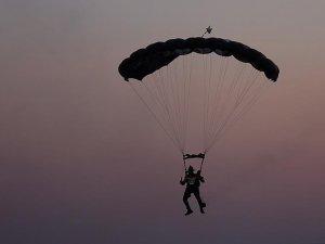 Müzisyen Hayko Cepkin festival alanına paraşütle indi
