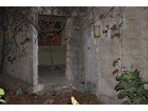 Kötü kokular üzerine girilen metruk binada erkek cesedi bulundu