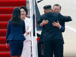 Kuzey Kore lideri Kim'den Güney Kore Başkanı Moon'a samimi karşılama