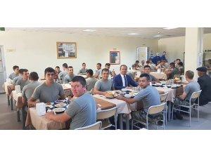 Başkan Öztürk, Mehmetçiklerle öğlen yemeğinde bir araya geldi