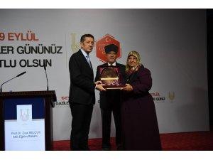 Bakan Selçuk'tan Kıbrıs gazisinin eşine hediye