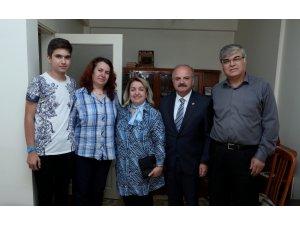 Vali Çakacak, gazi polis memuru Özer'i evinde ziyaret etti