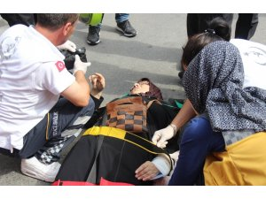 Durakta beklerken dolmuş çarpan kadın yaralandı