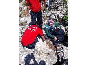 Kayalıklarda mahsur kalan vatandaşı itfaiye kurtardı