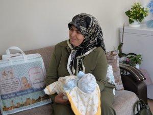 Niğde Belediyesinden 300 haneye bebek ziyareti
