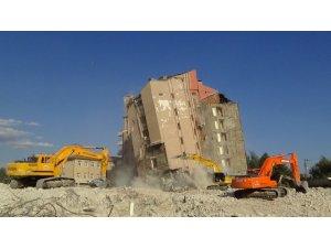 Eski devlet hastanesi binası saniyeler içinde tamamen yıkıldı