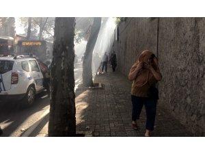 Kabataş Erkek Lisesi yanındaki bina alev alev yandı