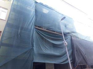 2. kattan aşağıya düşen inşaat işçisi ağır yaralandı