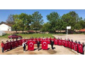 El işlemesi Türk Bayrağı üretiyorlar
