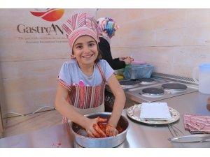 Çocuklar yöresel Antep yağlı köftesi yapmak için yarıştı