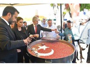 Başkan Tuna, AK Parti'li Sarıeroğlu ile vatandaşlara aşure ikram etti