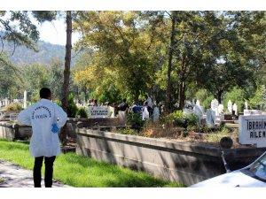 Mezarlıkta kendini astı