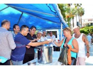 Antalya'da turistler de aşure kuyruğuna girdi