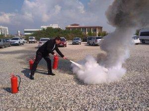 Hastane çalışanlarına yangın söndürme tatbikatı