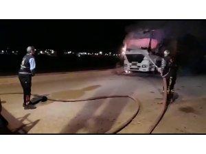 Park halindeki kamyon alev alev yandı