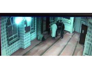 Dernek başkanı camide imamın üzerine yürüdü, araya cemaat girdi