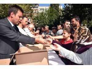 Başkan Sarıkurt, vatandaşlara aşure ikram etti