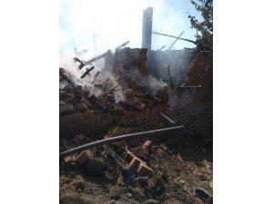 Köy muhtarının evi yandı