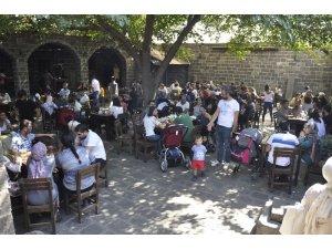 Koşuşturmalardan yorulan vatandaşlar tarihi mekanlarda dinlendi