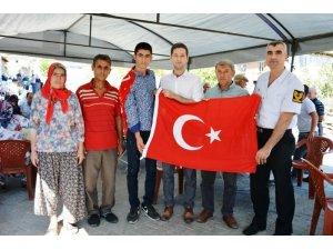 Kaymakam İrdelp'ten askere gidecek gence Türk Bayrağı