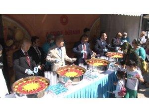 Sultanahmet Camii'nde 5 bin kişiye aşure dağıtıldı