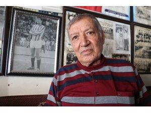 Eski futbolcu, kıraathanesini kariyer müzesi yaptı