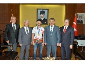 Vali Yazıcı, Dünya şampiyonu Kamal'ı ödüllendirdi