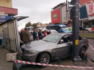 Üsküdar'da otomobil otobüs durağına daldı: 3 yaralı