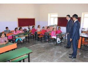 Budanur köy okullarını ziyaret etti