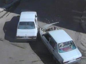 Otomobilin bebek arabasıyla yürüyen çifte çarptığı o anlar kamerada