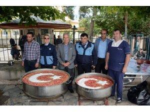 Dinar Belediyesi Muharrem ayı ve deprem şehitleri için aşure dağıttı