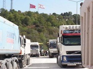 KKTC'de 3 aydır maaş alamayan kamyoncular eylemde