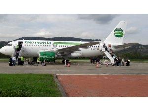 Tekerleği toprağa saplanan uçağın yolcuları Almanya'ya gönderildi