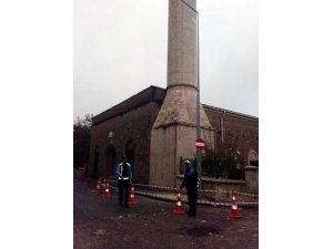 Minareden dökülen parçalar korkuttu