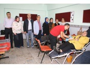 Devrek'te öğretmen ve veliler Kızılay'a kan bağışında bulundu