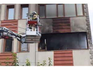 Apartmanda çıkan yangında 5 kişi zehirlendi