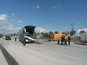 Yolcu otobüsü temizlik aracına çarptı: 1 ölü, 15 yaralı