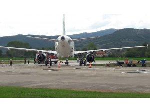 Tekerleği toprağa saplanan uçak 4 saatlik çalışmanın ardından kurtarıldı