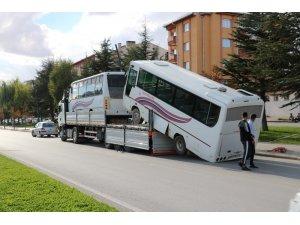 Tırdan düşen otobüs şaha kalktı