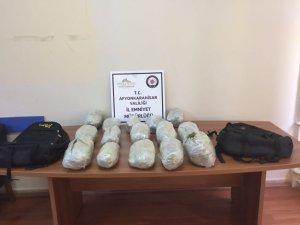 Durdurulan araçtan 10 kilo esrar çıktı, 5 şüpheli tutuklandı