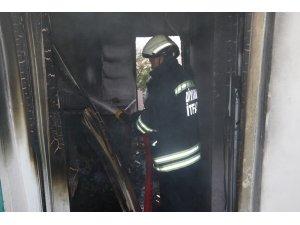 Yangında mahsur kalan vatandaşı itfaiye kurtardı