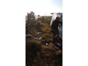 Göçmenleri taşıyan minibüs devrildi: 11 yaralı