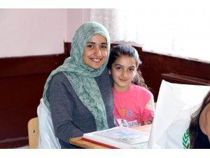 Erzincan'da öğrencilere kırtasiye hediyesi