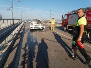 Burhaniye'de kazaya karışan otomobil yandı