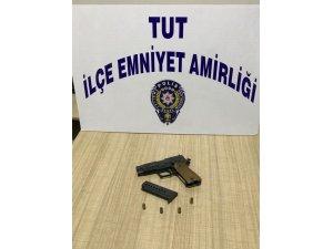 Tut polisi uygulamada silah ele geçirdi