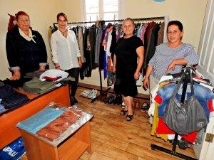 Çeşmeli CHP'li kadınlardan giysi yardımı