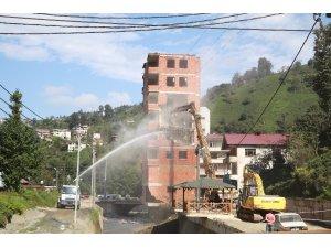 Rize'de 2 Ağustos'ta yaşanan selde gündeme gelen 7 katlı binanın yıkımına başlandı