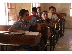 Halep'te harabeye dönen okulda eğitim devam ediyor