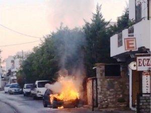 Bodrum'da park halindeki otomobil alev alev yandı